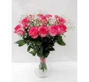 12 rosas con paniculata  en Jarrón  de cristal