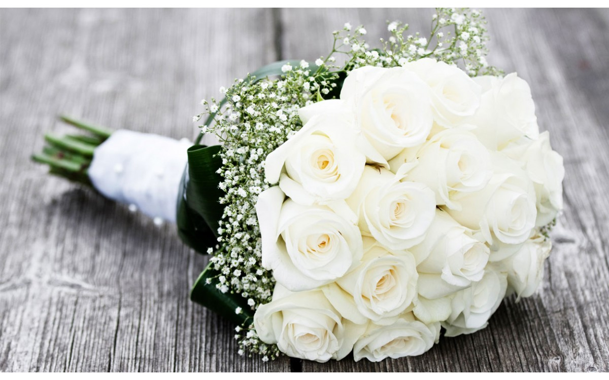Un ramo de rosas blancas con Paniculata para Novias