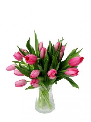 Tulipanes rosas en jarrón de cristal