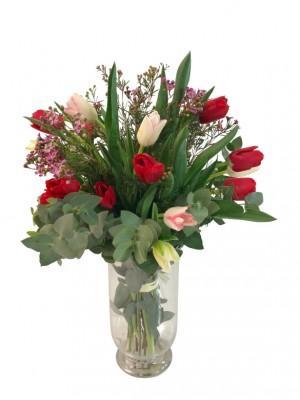 20 tulipanes variados con relleno en jarron
